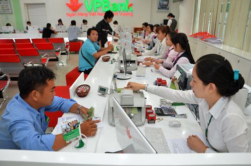 Khách hàng giao dịch tại VPBank Ảnh: Tấn Thạnh