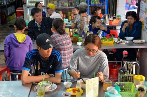 Nhiều nhà hàng, quán bán thức ăn chay ở TP HCM đông khách trong dịp rằm tháng giêngẢnh: Tấn Thạnh