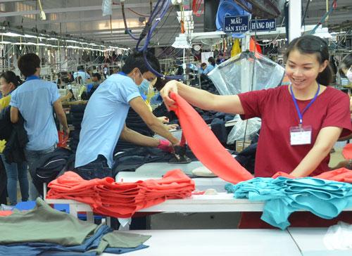 Sản phẩm dệt may Việt Nam giảm sức cạnh tranh ở thị trường nước ngoài so với trước đây Ảnh: Tấn Thạnh