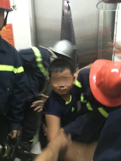 Cháu bé được đội cứu hộ - cứu nạn giải cứu