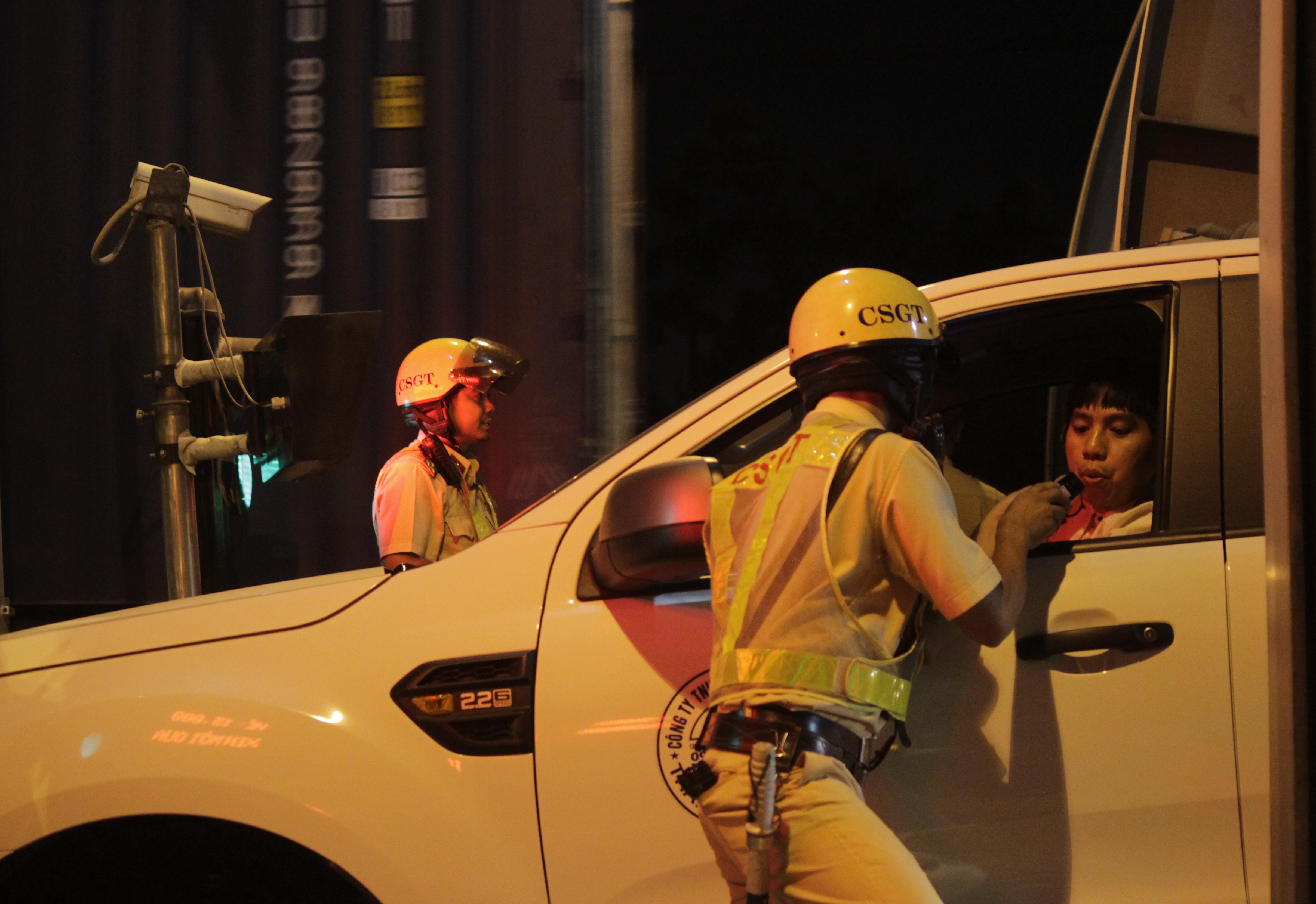 Trong đêm đầu ra quân, lực lượng chức năng phát hiện 11 trường hợp vi phạm nồng dộ cồn gồm 2 tài xế xe đầu kéo, 1 tài xế xe tải thùng và 8 tài xế ôtô con. Trong đó 5 vụ vượt quá 0,4mg/1 lit khí thở, 2 vụ chưa vượt qua 0,25mg/1 lit khi thở và 4 vụ vượt quá 0,25mg/1 lit khí thở đến 0,4mg/1 lit khí thở