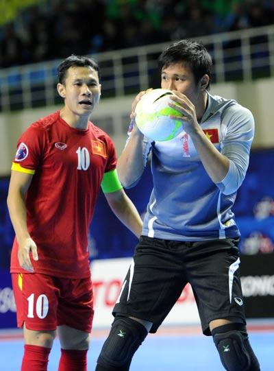 Bảo Quân động viên thủ môn Y Hoa sau trận tứ kết thắng sốc Nhật Bản. Ảnh: Quang Thắng