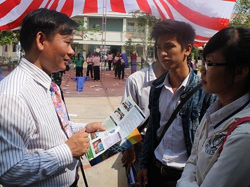 Học sinh tìm hiểu thông tin tuyển sinh của các trường ĐH Ảnh: GIA THÙY