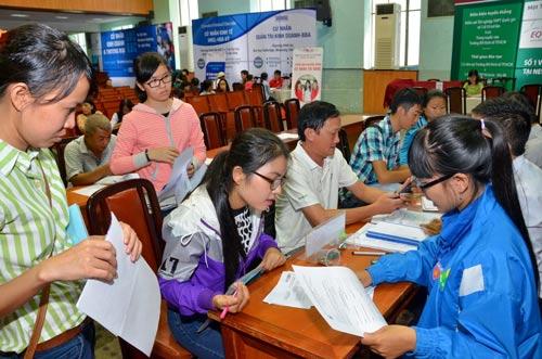Thí sinh nộp hồ sơ xét tuyển vào Trường ĐH Kinh tế TP HCM - một trong 13 trường thực hiện tự chủ tài chínhẢnh: Tấn Thạnh