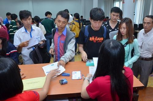 Thí sinh nộp hồ sơ đăng ký dự thi THPT quốc gia 2016 tại TP HCM. Ảnh: TẤN THẠNH