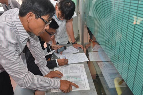Phụ huynh, thí sinh đăng ký xét tuyển nguyện vọng bổ sung tại Trường ĐH Công nghiệp TP HCM ngày 31-8 Ảnh: TẤN THẠNH