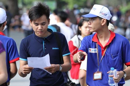 Sinh viên tình nguyện hỗ trợ TS thi THPT quốc gia năm 2015. Ảnh: Hoàng Triều