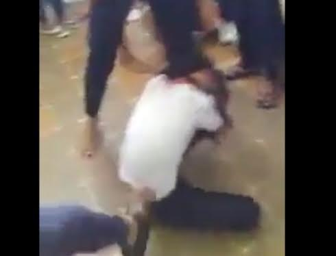 Khoảng 5 em nữ sinh đã vây đánh bạn bẵng những đòn giật tóc, đạp, lên gối