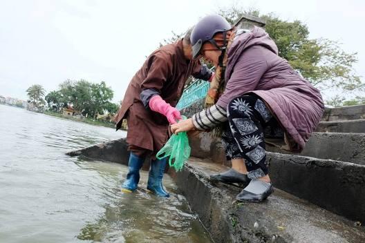 Tại Hồ Tây, người dân cũng nô nức đi thả cá