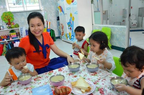 Dạy trẻ tự lập trong ăn uống, vệ sinh cá nhân… là phương pháp hữu hiệu để phòng ngừa các hành vi ăn vạ Ảnh: TẤN THẠNH