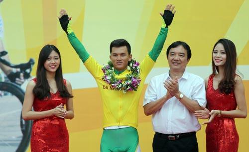 Võ Phú Trung trong lễ trao thưởng chung cuộc Cúp Tôn Hoa Sen 2016