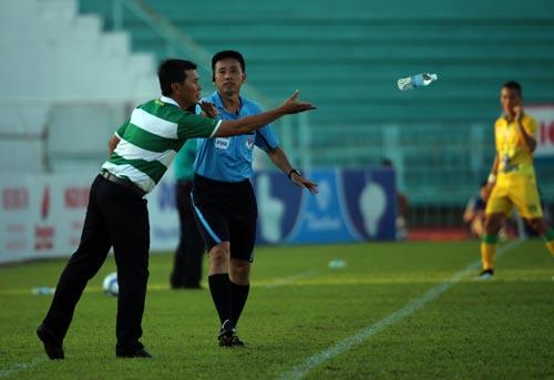 HLV Trần Công Minh có trận ra mắt không thành công khi Đồng Tháp thua chủ nhà Long An 1-2 Ảnh: QUANG LIÊM