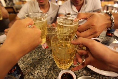 Lạm dụng rượu bia là một trong những yếu tố dẫn đến suy thận Ảnh: HOÀNG TRIỀU