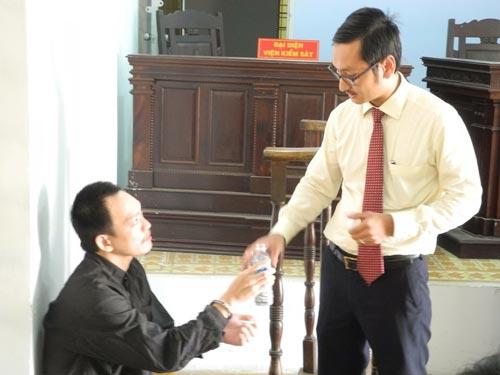 Nguyễn Thanh Tú (trái) tại phiên tòa sơ thẩm