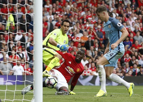 Pogba (giữa) có trận đấu khá mờ nhạt trong trận M.U thua Man City 1-2 trên sân nhà Ảnh: REUTERS