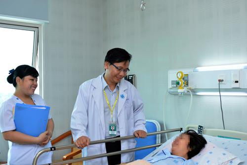 Bác sĩ Nguyễn Minh Anh đang khám cho một người bệnh