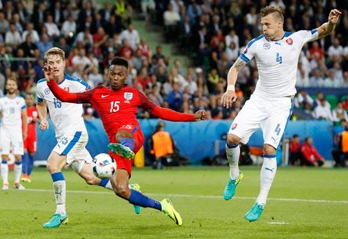 Sturridge (giữa) và tuyển Anh rất tự tin khi tái đấu Slovakia Ảnh: REUTERS