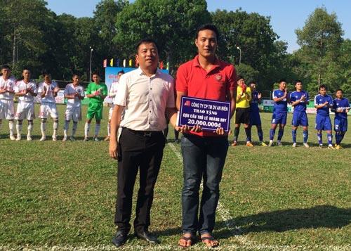 Chủ tịch Tập đoàn An Biên Trần Ngọc Tâm tặng 20 triệu đồng cho Hoàng Duy