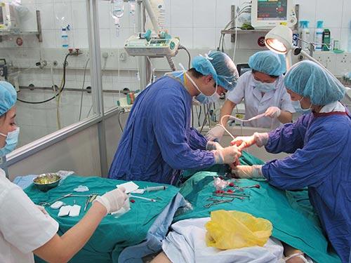 Bác sĩ mở khí quản cho bệnh nhân thở máy tại Phòng Hồi sức tích cực