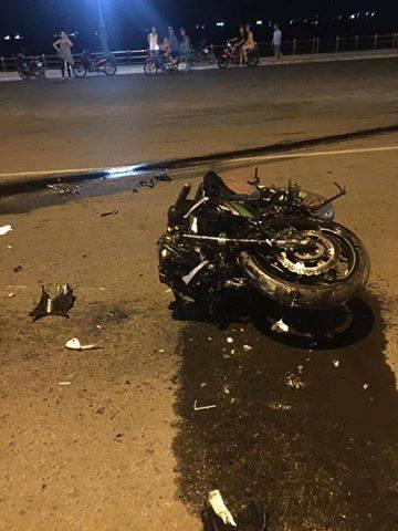 Hai thanh niên trên chiếc mô tô phân khối lớn Kawasaki Z800 đã tử vong sau cú tông mạnh - Ảnh: CTV
