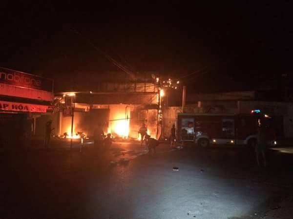 Vì là cửa hàng kinh doanh thùng xốp nên lửa bốc cháy dữ dội