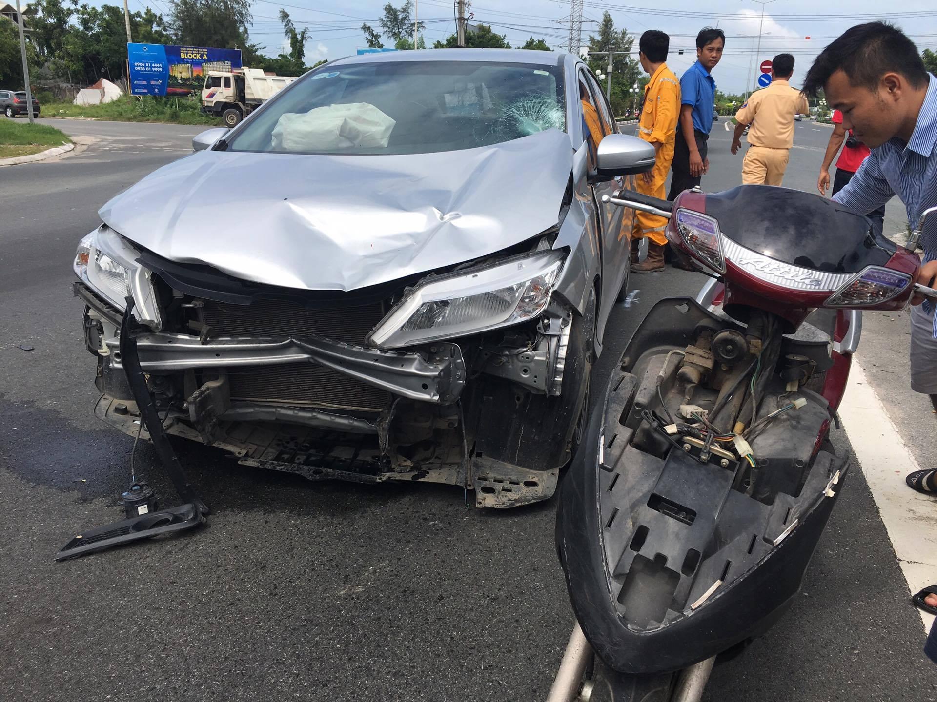 Cả ô tô và xe máy đều bị hư hỏng nặng sau tai nạn