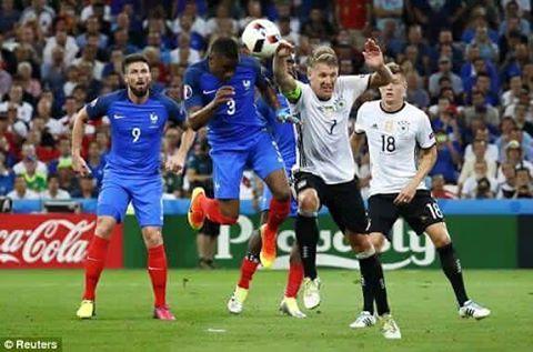 Schweinsteiger (7) mắc lỗi sơ đẳng, mở đầu cho trận thua của Đức