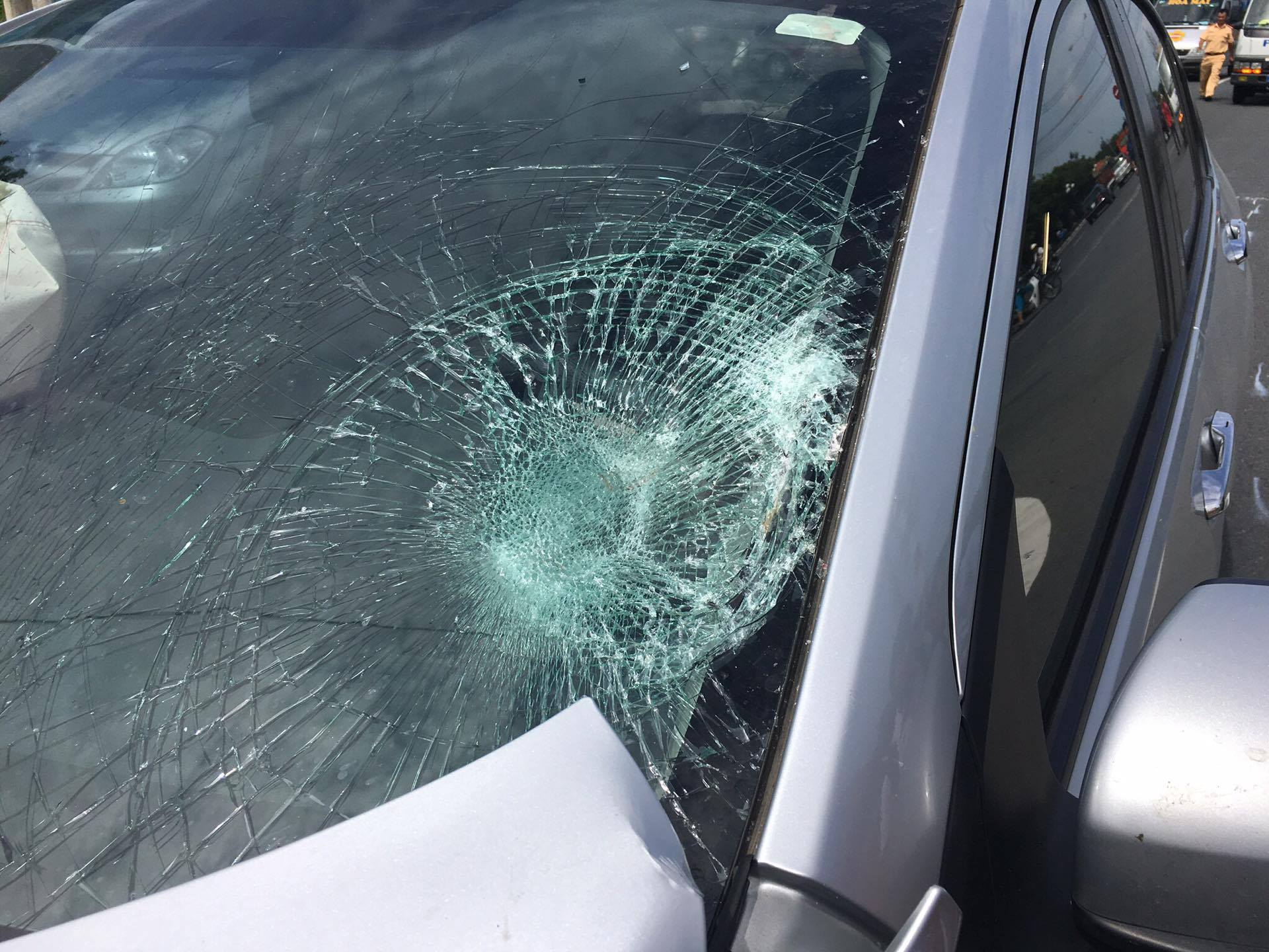 Người đàn ông đập đầu vào xe ô tô tạo thành một vết lõm sâu