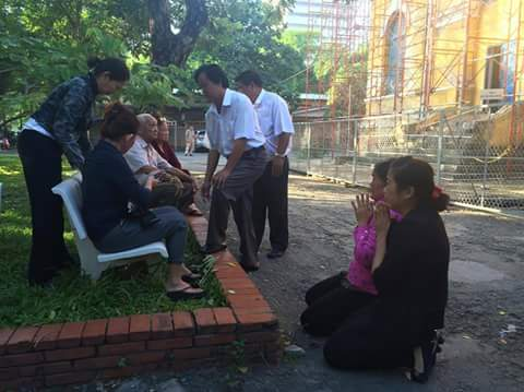 Mẹ và chị của bị cáo Vũ Văn Tiến quỳ lạy gia đình của nạn nhân cầu xin sự tha thứ