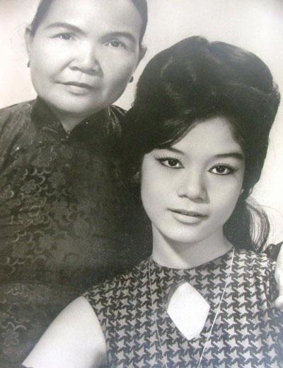 NSUT Mỹ Châu và mẹ (ảnh do nghệ sĩ cung cấp)