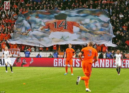 Trận đấu diễn ra trong nỗi nhớ về huyền thoại Johan Cruyff vừa ra đi