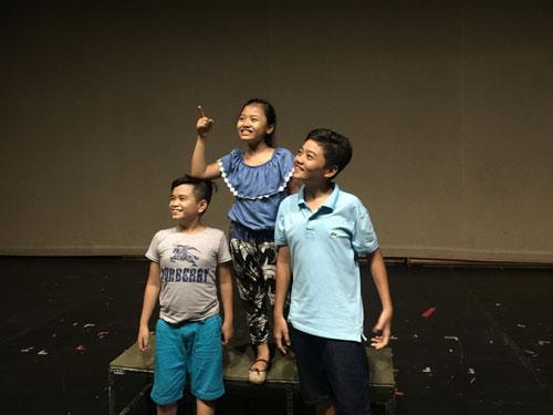 """Các diễn viên nhí đang tập vở """"Cô gái đến từ hôm qua"""" trên sân khấu Nhà hát Kịch TP HCM. (Ảnh do nghệ sĩ cung cấp)"""