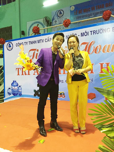 Lê Minh Trung hát tại một hội nghị ở tỉnh Bình Dương (ảnh từ Facebook của ca sĩ)