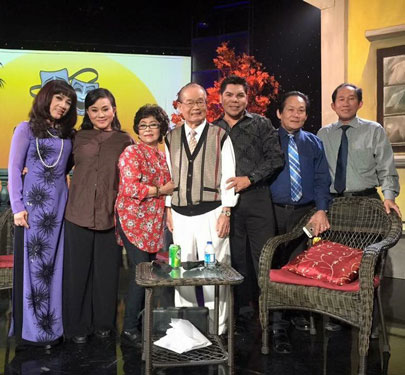 """NSƯT Ngọc Đáng (thứ ba từ trái sang) và các nghệ sĩ trong chương trình """"Cổ nhạc phương Nam"""" sau khi quay hình trích đoạn Tô Ánh Nguyệt"""
