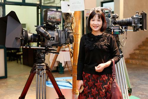 Nhà biên kịch - nhà báo Chu Thu Hằng trên trường quay. (Ảnh do nhân vật cung cấp)