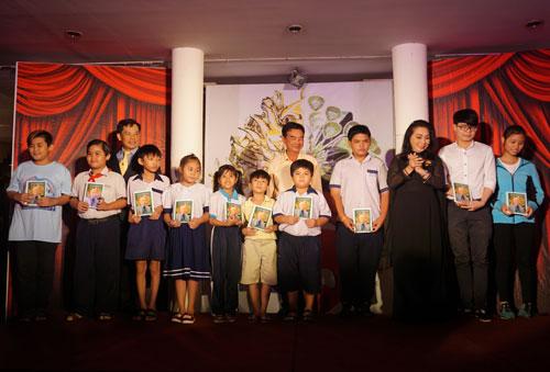 NSND Bạch Tuyết, nhạc sĩ Trương Minh Châu trao học bổng NSND Viễn Châu cho con em nghệ sĩ nghèo tối 16-6 tại khách sạn Oscar