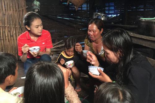 """Cảnh trong dự án """"Mang nước sạch về buôn làng"""" (Đắk Lắk), thí sinh Ngọc Vân gây ấn tượng với khán giả khi cùng ăn cơm với gia đình người dân. (Ảnh do BTC cung cấp)"""