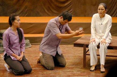 """Cảnh trong vở diễn """"Nửa đời ngơ ngác"""" - kịch bản chuyển thể từ truyện """"Chiều vắng"""" của Nguyễn Ngọc Tư, sau 6 năm diễn vẫn còn ăn khách"""