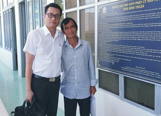 Ông Huỳnh Văn Nén (phải) cùng LS Nguyễn Văn Quynh sau buổi thương lượng bồi thường oan sai sáng nay (Ảnh: CT)