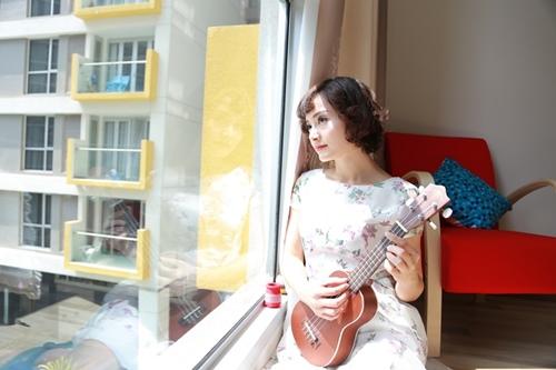 Lan Phương thường tự chơi đàn vào mỗi sáng sớm trước giờ đi làm.