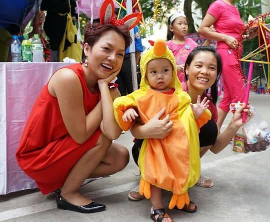 Ca sĩ Thái Thùy Linh vui trung thu cùng các bé