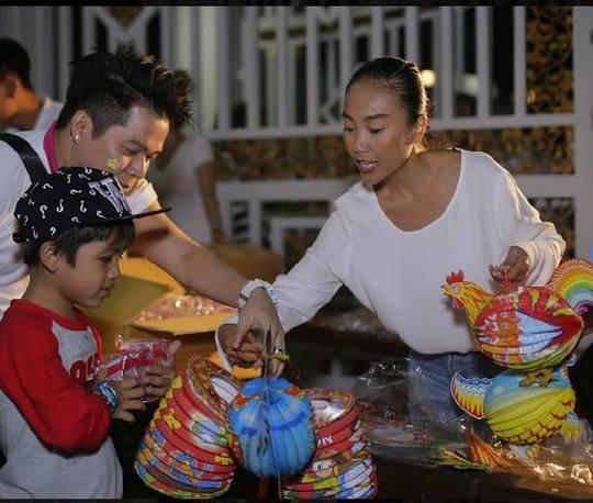 Đoan Trang tặng quà trẻ em