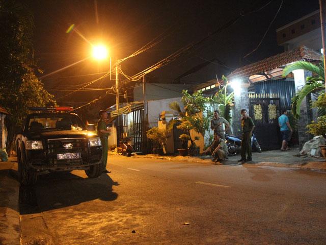 Công an khám nghiệm hiện trường tại khách sạn trên đường Thạnh Mỹ Lợi (phường Thạnh Mỹ Lợi, quận 2).