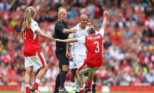 Nigel Winterburn bị trọng tài nhắc nhở sau khi phạm lỗi với Paolo Di Canio