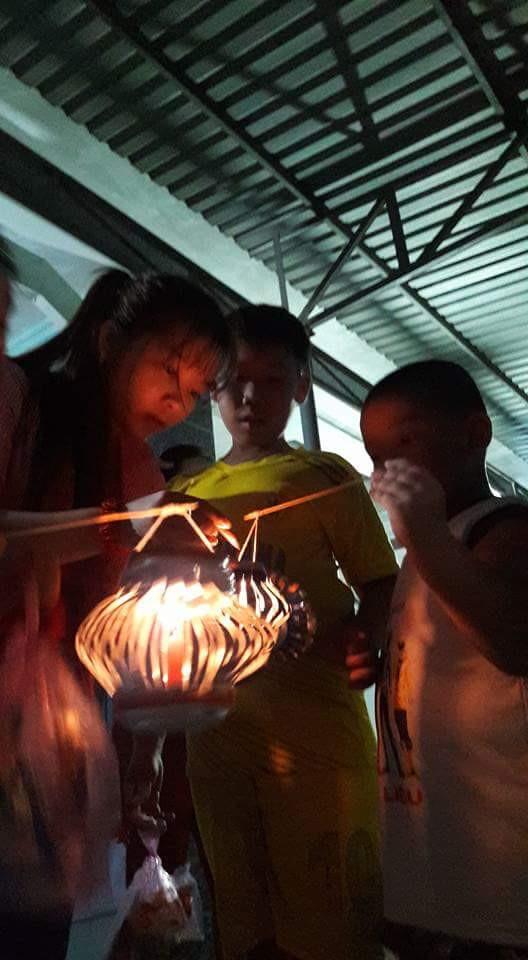 """Cùng nhau thắp đèn Trung thu. """"Buổi lễ rất có ý nghĩa với chúng em do vừa có quà, vừa được vui chơi cùng các anh chị và bạn bè trong ngày Tết Trung thu"""" – bé Xuân Giang chia sẻ."""