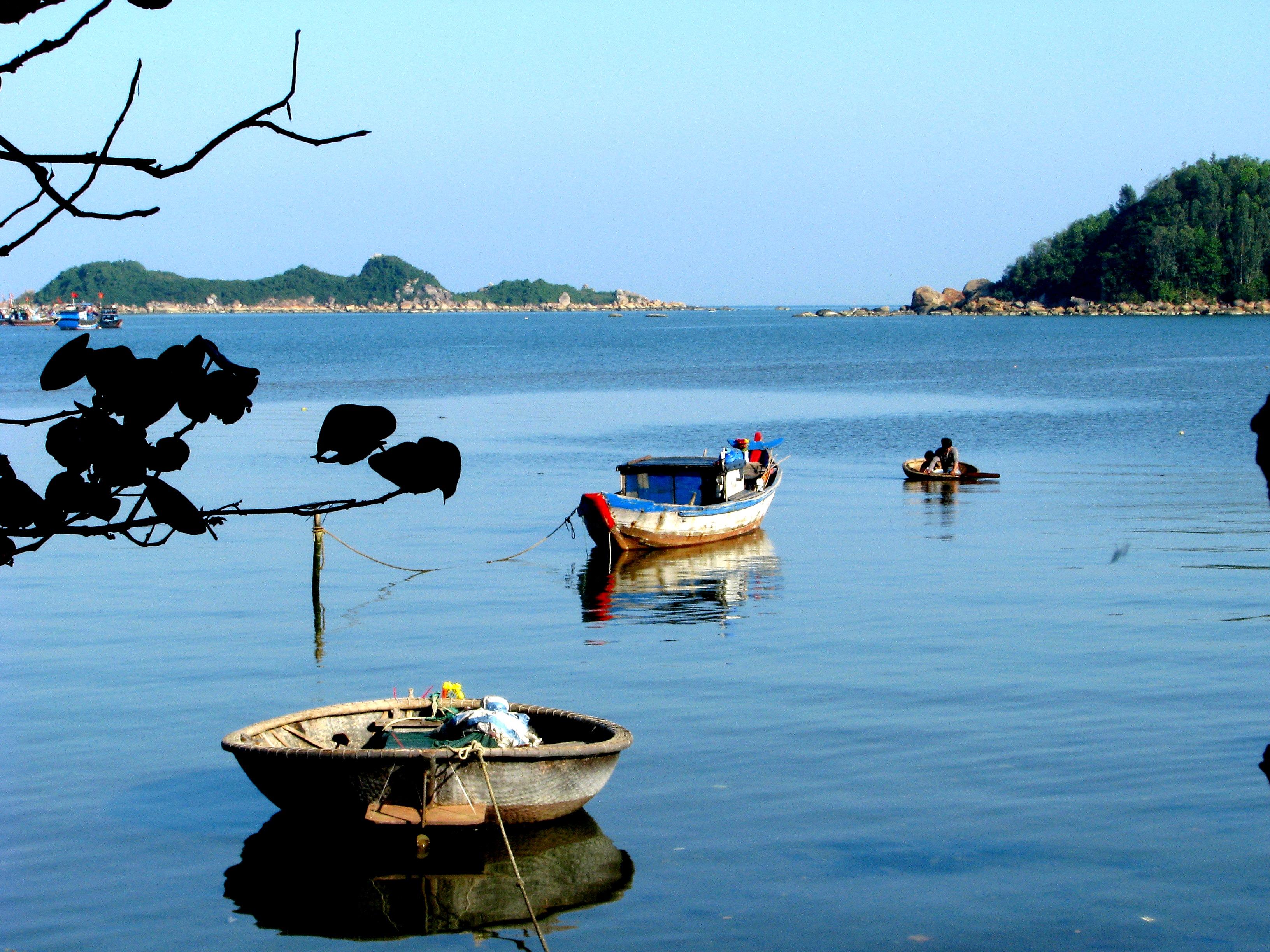 Nơi con sông Trà Bồng đổ ra biển được gọi là Cửa Sa Cần.