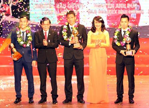 Anh Đức (giữa) trong lễ nhận danh hiệu Quả bóng vàng Việt Nam 2015 Ảnh: Quang Liêm