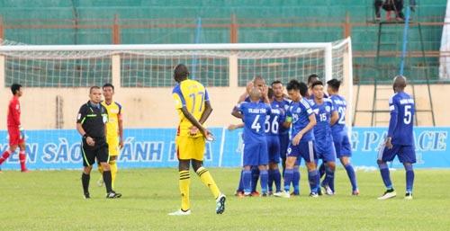 Trọng tài Phùng Đình Dũng trong trận CLB Sanna Khánh Hòa BVN thua QNK Quảng Nam 0-1 Ảnh: DUY BÁ