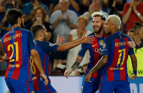 Messi và đồng đội thể hiện quyết tâm đòi lại ngôi vương Champions League sau khởi đầu hoành tráng Ảnh: REUTERS