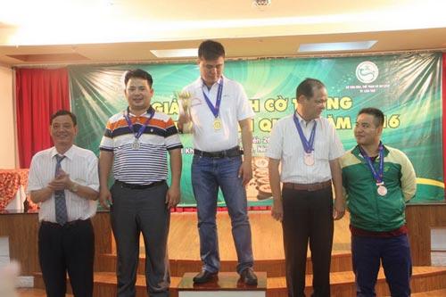 Bốn kỳ thủ giành huy chương cờ nhanh (từ trái sang): Tôn Thất Nhật Tân, Lại Lý Huynh, Trương A Minh và Nguyễn Minh Nhật Quang Ảnh: ĐÔNG LINH